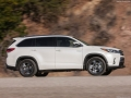 2017 Toyota Highlander Side view