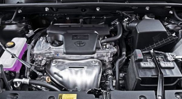 2015-Toyota-RAV4-engine
