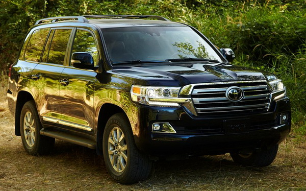 2016 Toyota Land Cruiser front angle
