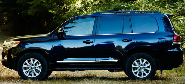 2016 Toyota Land Cruiser side